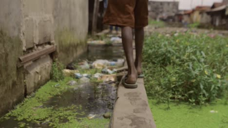 Walking-through-Slum-Nigeria-01