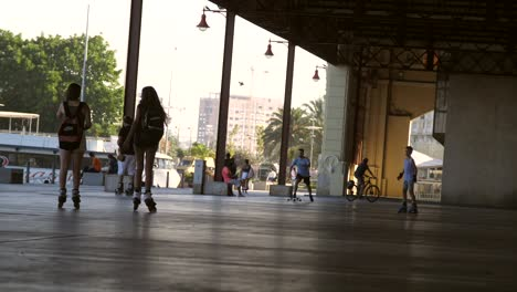 Roller-skaters-in-Valencia