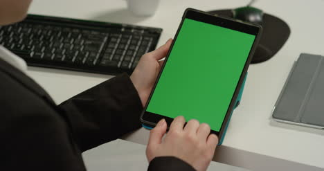 CU-Woman-at-Tapping-on-Tablet-with-Green-Screen