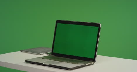Desk-with-Laptop-on-Green-Screen