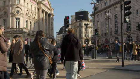 Pedestrians-Crossing-London-Street