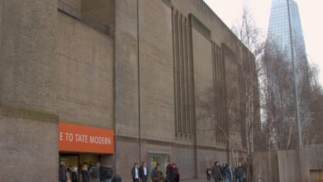 Pan-to-Main-Entrance-Of-The-Tate-Modern-Gallery