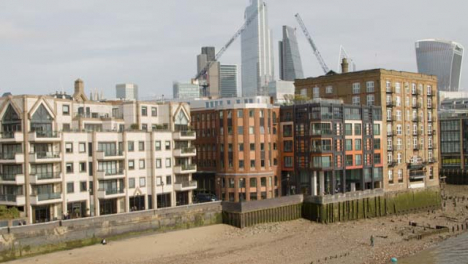 Beach-Of-The-River-Thames-Central-London