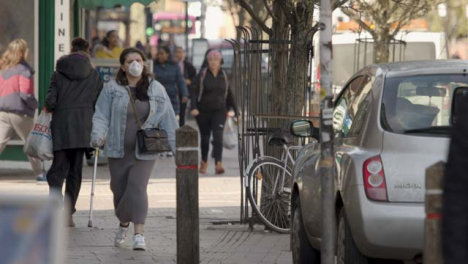 Woman-wearing-face-mask-walking-on-street