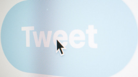 Zoom-out-Clicking-Tweet-Button-on-Twitter