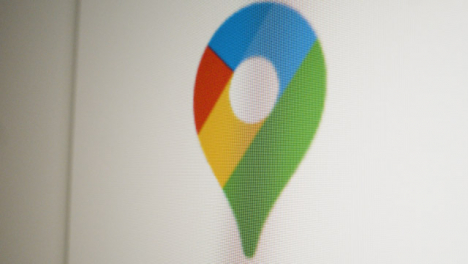 Close-Up-Pan-Google-Maps-Icon-on-Screen