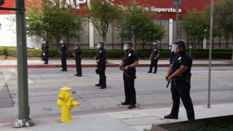 Hollywood-Line-of-Policía-Officers-During-Protests