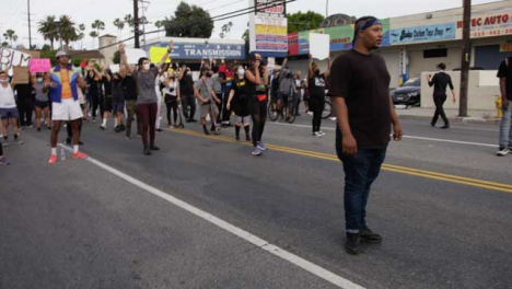 Hollywood-Crowd-of-Protester-Chanting-at-Policía-During-Protest