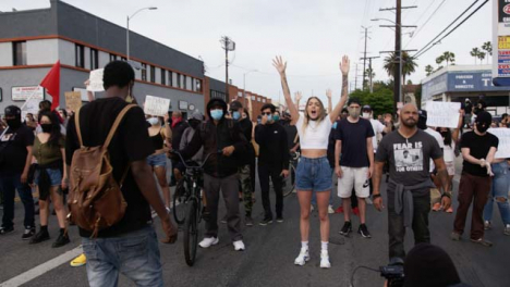 Hollywood-Protesters-Chant-at-Policía-During-Protest