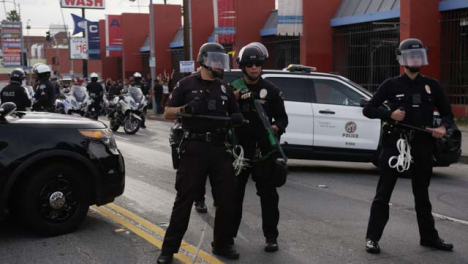 Hollywood-Policía-Officers-Talking-During-Protests