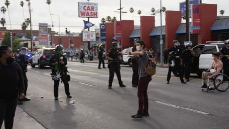 Hollywood-Protester-Trying-Diffuse-Tense-Confrontation-with-Policía