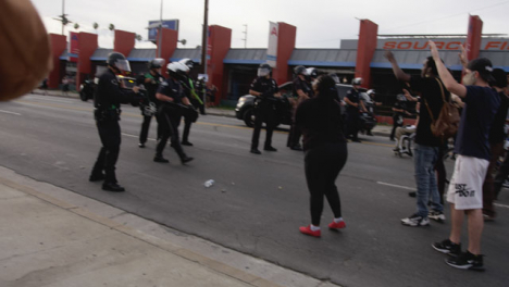 Hollywood-Female-Protester-Sarcastically-Claps-Policía-During-Protest