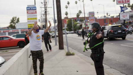 Hollywood-Policía-Officer-Ushers-Protester-to-Move-During-Protest