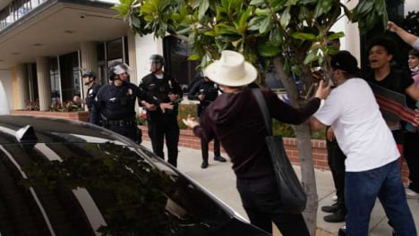 Hollywood-Stand-Off-Between-Policía-and-Protesters