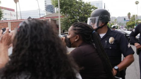 Hollywood-Black-Woman-Pleading-with-Policía-During-Protest