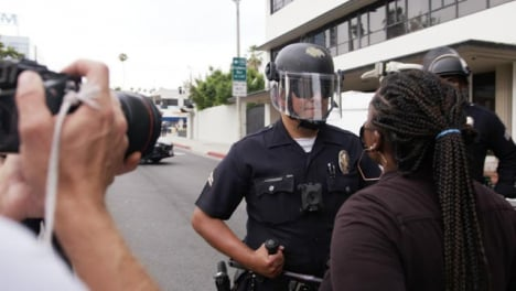 Hollywood-Black-Woman-Shouting-at-a-Policía-Officer-During-Protest