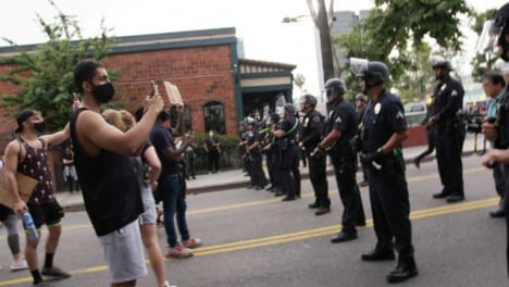 Hollywood-Line-of-Policía-Officer-Block-Protesters