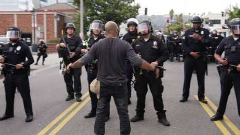 Hollywood-Man-Confronts-Line-of-Policía-Officers-During-Protests