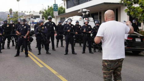 Hollywood-Caucasian-Male-Confronts-Policía-During-Protest