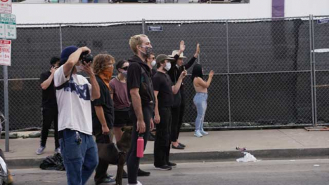 Hollywood-Protesters-Stand-Facing-Policía-During-Protest