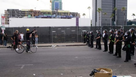 Hollywood-Protesters-and-Policía-Face-Each-Other-During-Protest