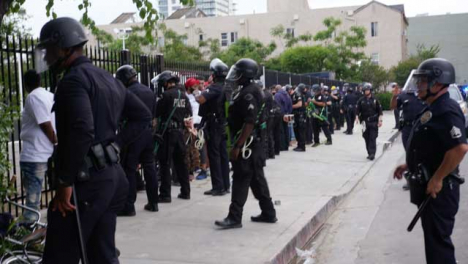 Hollywood-Policía-Line-Up-Arrested-Protesters-Against-Fence