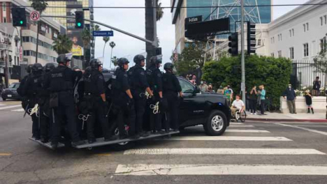 Hollywood-Policía-Vehicles-Carrying-Officers-Driving-Past