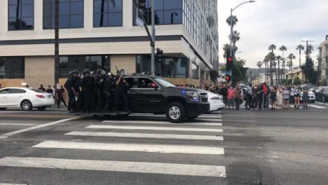 Hollywood-Convoy-of-Policía-Vehicles-Carrying-Officers-Driving-Past