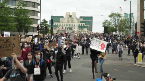 London-Crowd-of-Protesters-March-While-Clapping