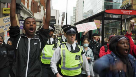 London-Protesters-Chanting-Beside-Policía-Officers