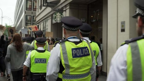 London-Policía-Officers-Walking-Amongst-Protesters-Chanting