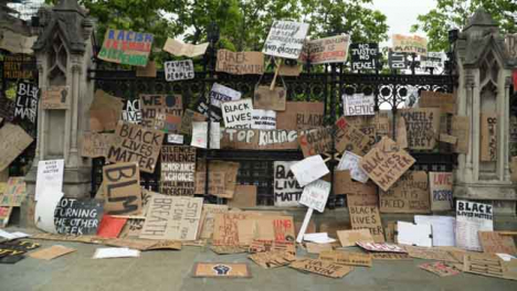 London-Wall-of-Black-Lives-Matter-Signs-on-Railing