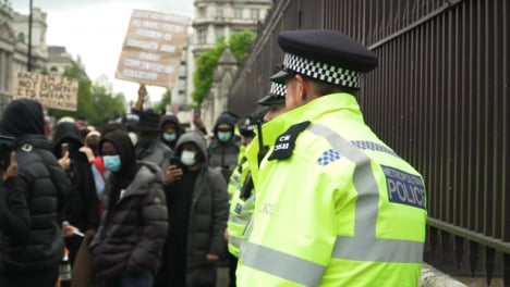 London-Angry-Protester-Shouting-at-Policía-Officers