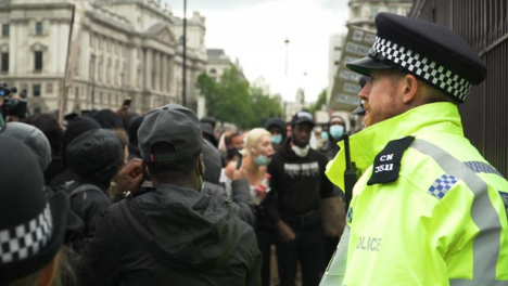 London-Policía-Officer-Standing-in-Front-of-Protesters