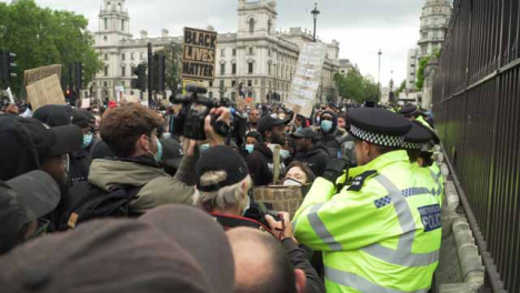 London-Angry-Protesters-Crowd-Around-Policía-Officers
