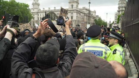 London-Photographers-Taking-Photos-of-Protesters-and-Policía