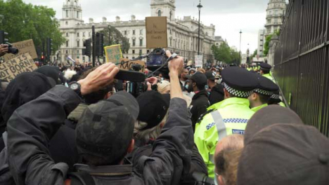 London-People-Taking-Photos-of-Protesters-and-Policía
