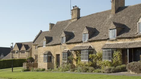 Old-Cotswold-Stone-Cottages-in-English-Village