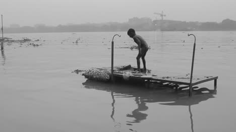 Kid-playing-at-kolkata-Ghat-1