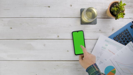 Man-Scrolling-On-His-Smart-Teléfono-with-Green-Screen