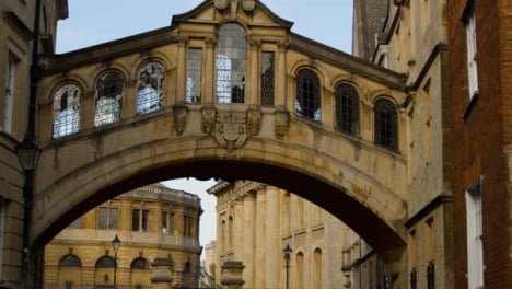 Panning-Shot-of-Bridge-of-Sighs-In-Oxford-England