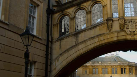 Panning-Shot-of-Hertford-College-Bridge-of-Sighs-and-Sheldonian-Theatre