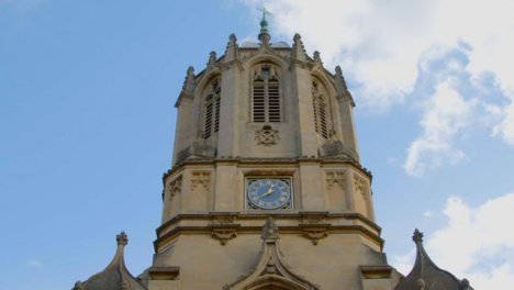 Tilting-Shot-of-Tom-Tower-at-Christ-Church-College-In-Oxford-