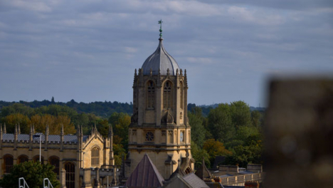 Panning-Shot-Revealing-the-Tom-Tower-In-Oxford-England