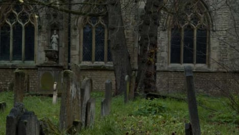 Sliding-Shot-of-a-Graveyard-In-Oxford-England