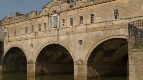 Tracking-Shot-Looking-Up-at-Pulteney-Bridge-