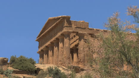 Italy-Sicily-Agrigento-Temple-of-Concordia-with-weed