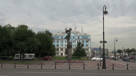 St-Petersburg-Russia-statue-and-building