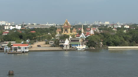 Thailand-temple-by-Chao-Phraya-River