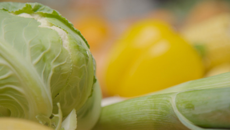 Pull-Focus-Shot-from-Leeks-and-Cauliflower-to-Yellow-Pepper